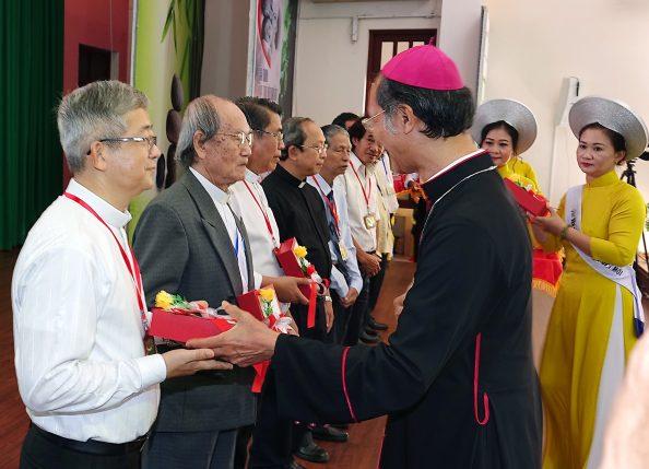 Đức Cha Phụ Tá Gioan trao kỷ niệm chương cho ban tổ chức giải VHNT năm 2020